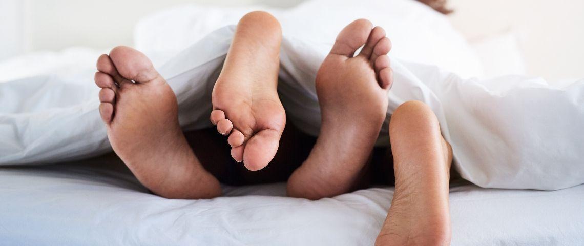 Deux personnes dans un lit