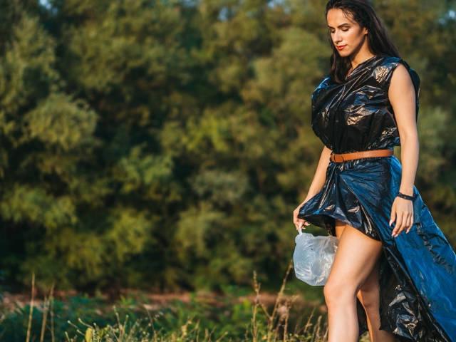 Une femme vêtue de sacs poubelle