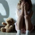 Une enfant pleure avec sa peluche