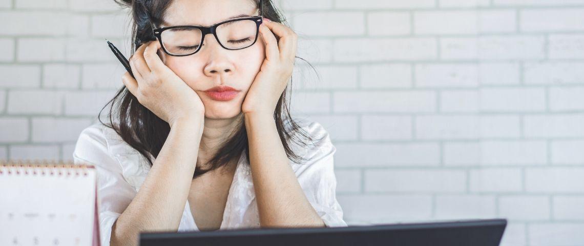 Une femme qui dort devant son ordinateur