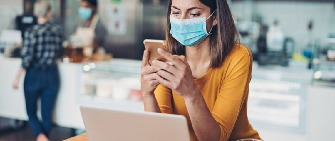 Une femme avec un masque travaille