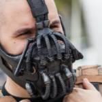 Un homme déguisé en Bane, le personnage de Batman