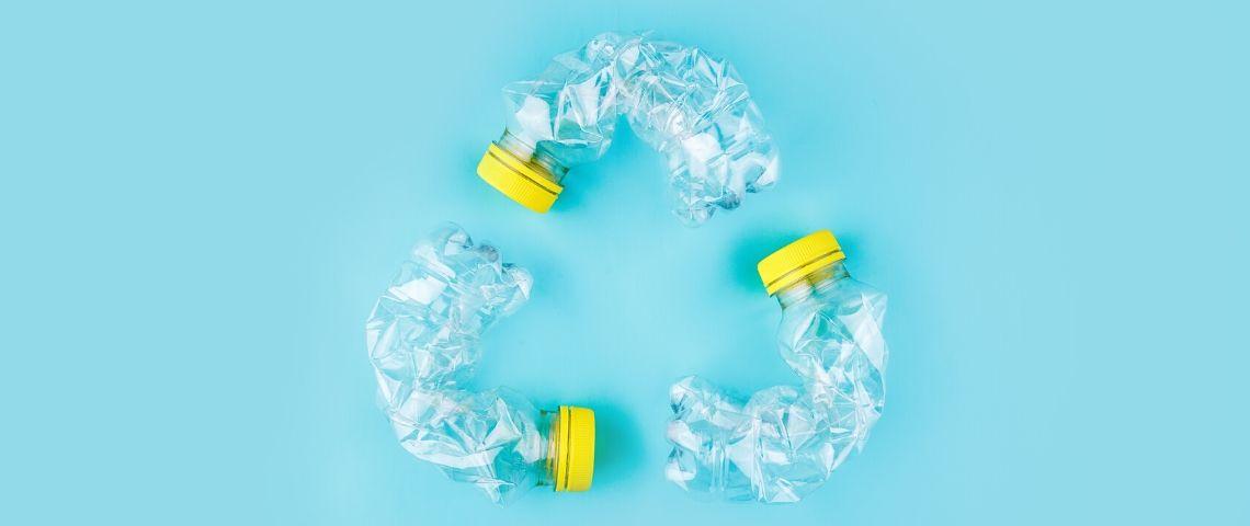 des bouteilles en plastique disposées en cercle de recyclage