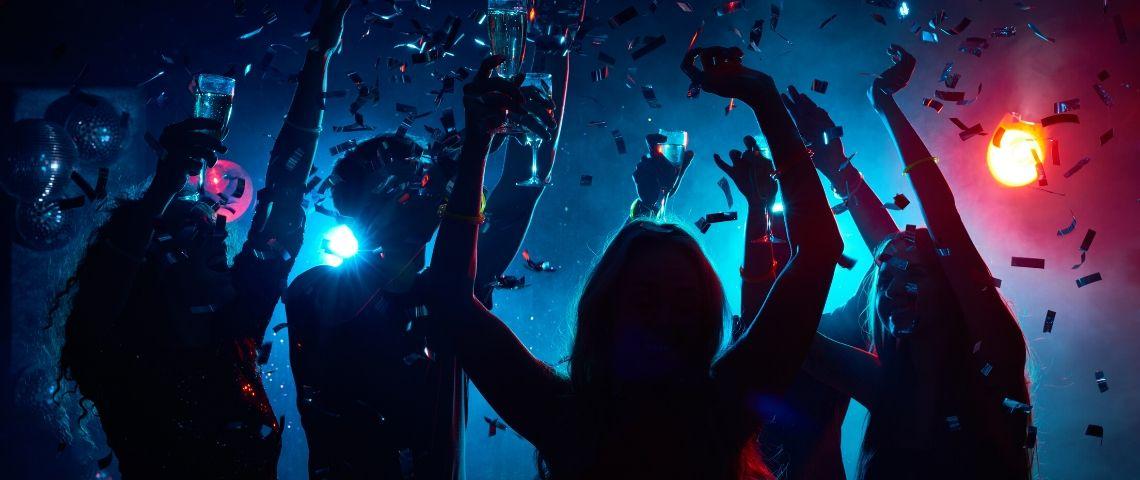 Des gens qui font la fête à une soirée