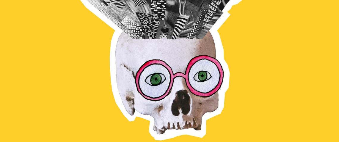 Un crâne portant des lunettes