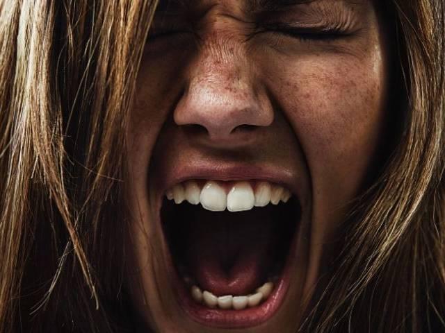 Une femme en gros plan qui crie