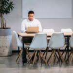 Un homme travaillant seul dans un bureau vide