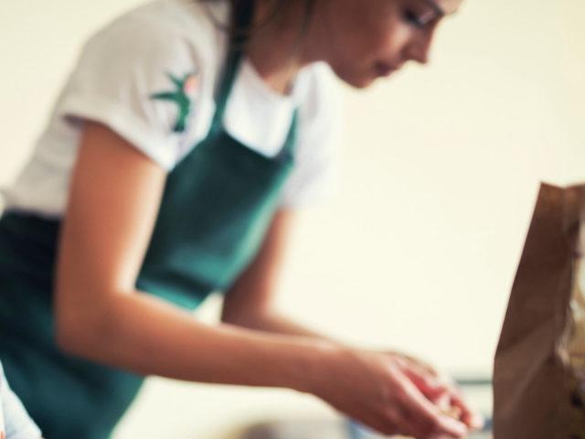 Une petite fille et sa mère en train de cuisiner