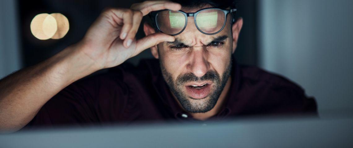 Un homme qui ne comprend rien à ce qu'il y a sur son écran d'ordinateur