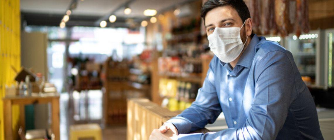 Un commerçant avec un masque sanitaire
