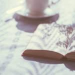Plusieurs livres posés sur une table