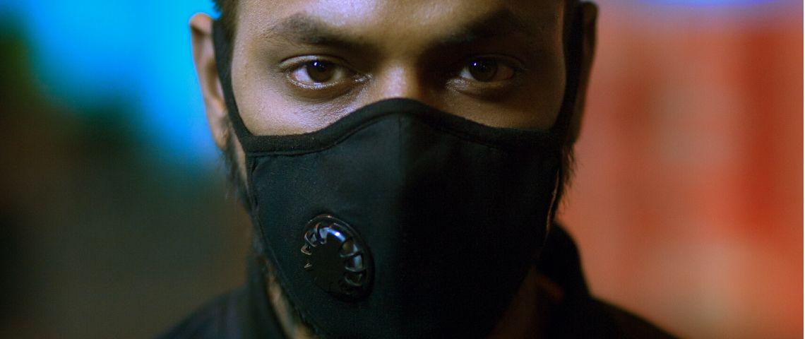 Un homme avec un masque noir muni d'un filtre