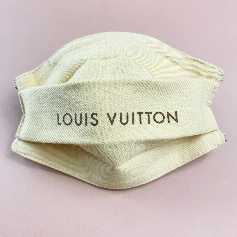 Un masque de protection avec l'inscription Louis Vuitton