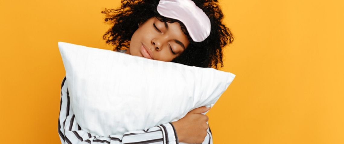 Une femme avec un oreiller