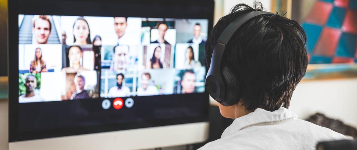 Un homme en train de faire une réunion sur Skype avec de nombreux collègues