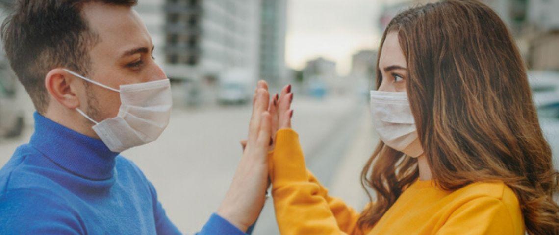 Des gens avec des masques sanitaires