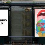 panneaux publicitaires et messages militants pour le climat