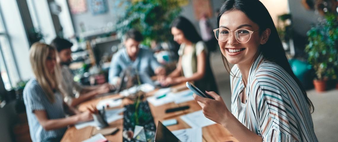 Un groupe de freelances autour d'une table