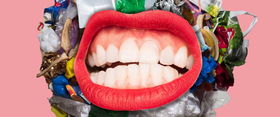 Une bouche sur un fond de déchets plastique