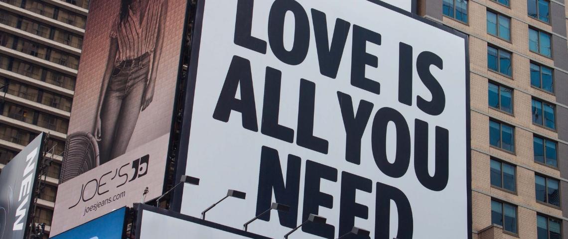 Un panneau publicitaire avec écrit  - Love is all you need -