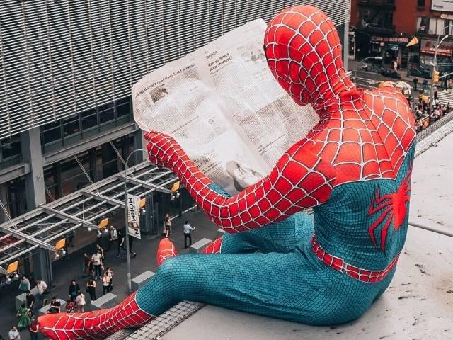 Spider man qui lit le journal