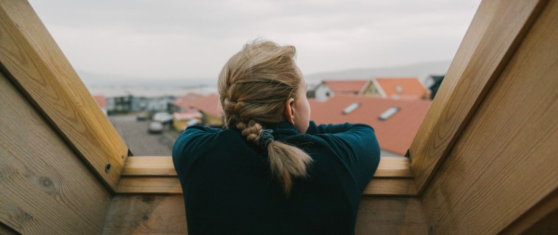Une femme qui regarde par la fenêtre