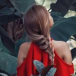 Une femme avec une robe rouge de dos dans la nature