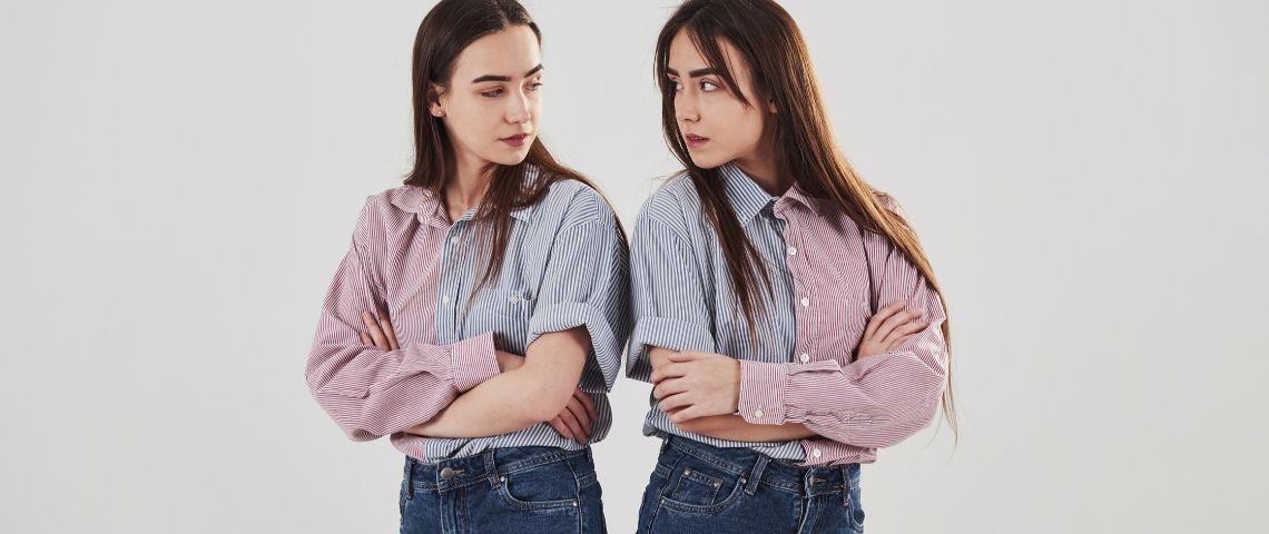 Deux jumelles identiques qui se regardent