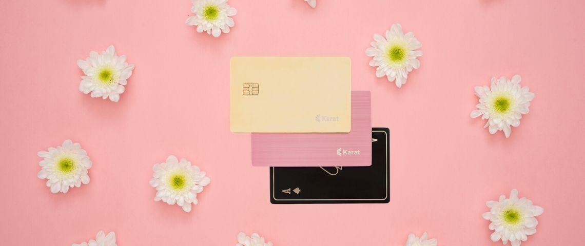 Les cartes de crédit Karat sur un fond rose