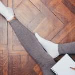 Des jambes dans un legging gris