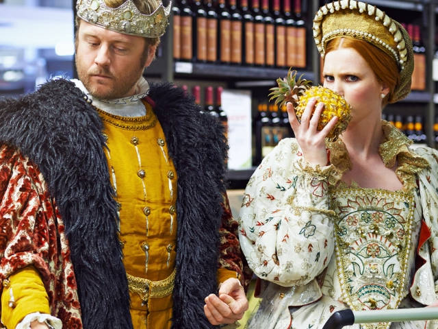 Un couple royal en train de faire les courses dans un supermarché