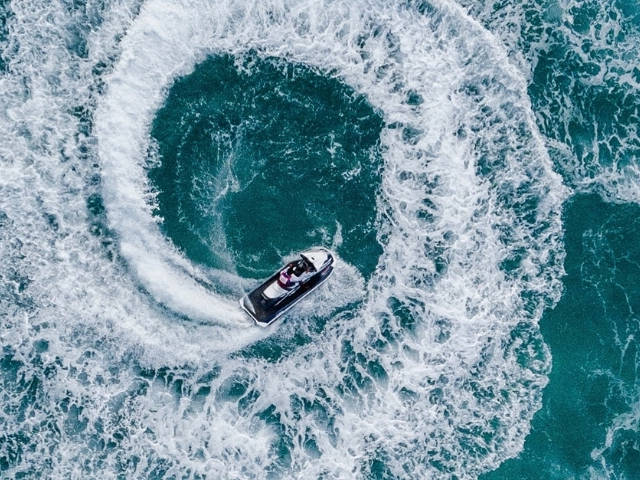 Un bateau en train de faire des cercles dans la mer