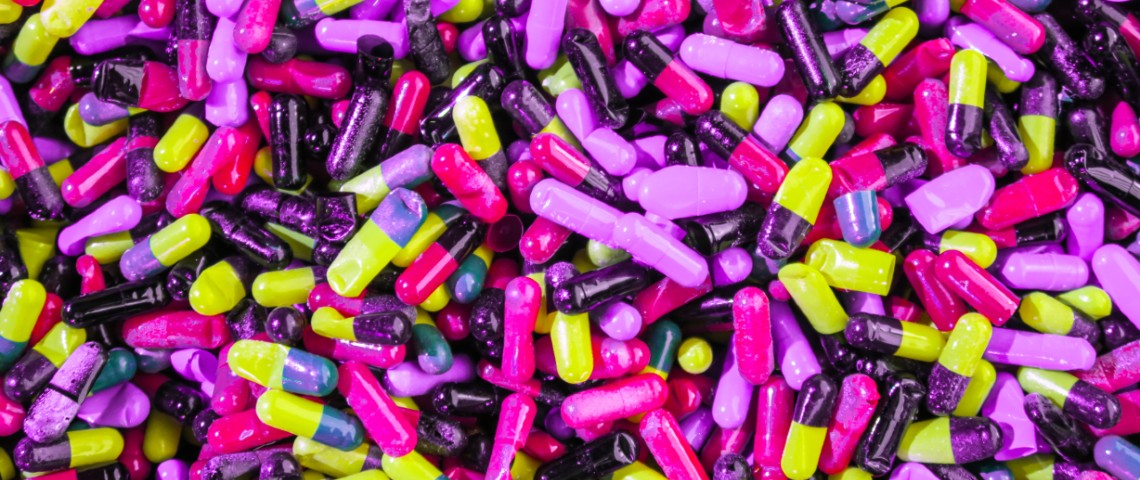 Tas de gélules colorées et à paillettes