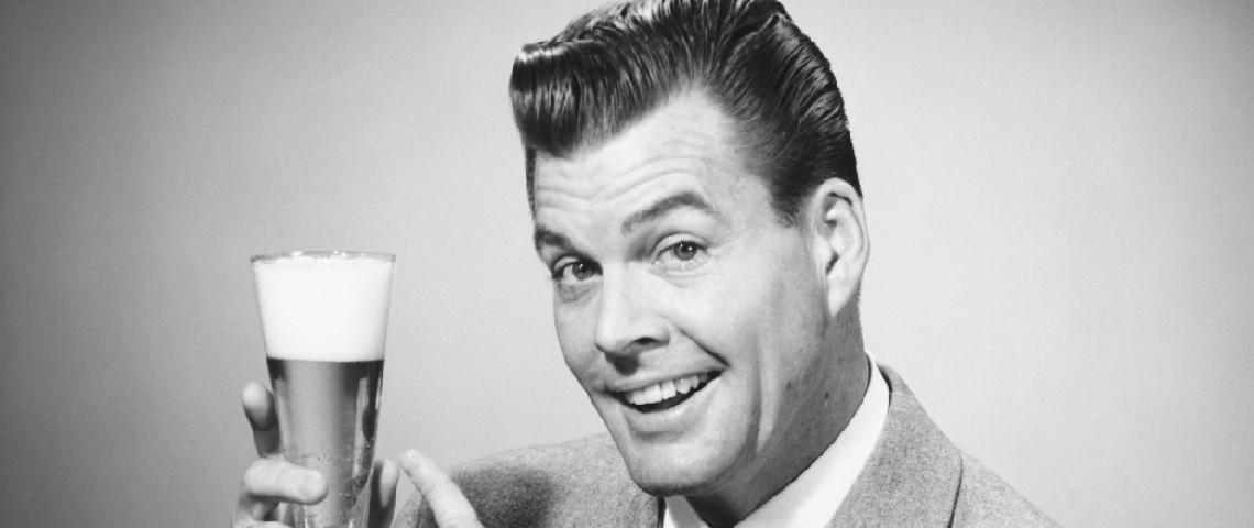 Pub vintage montrant un homme qui pointe un verre de bière