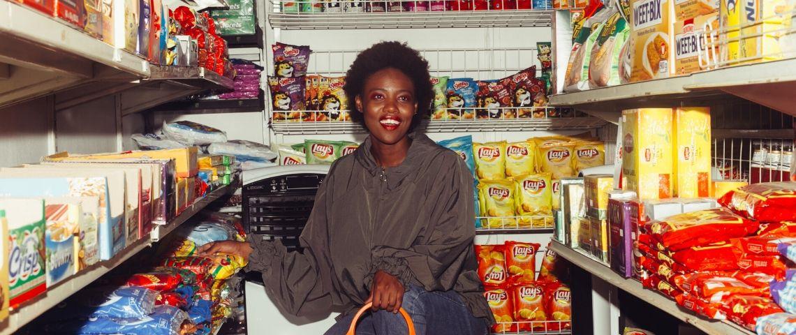 Une femme noire dans une épicerie
