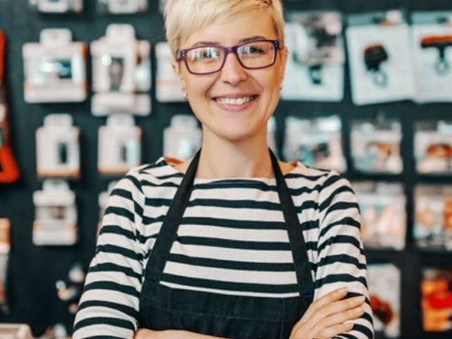 Une vendeuse dans un magasin de bricolage