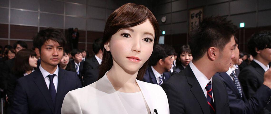 un robot de femme dans une foule