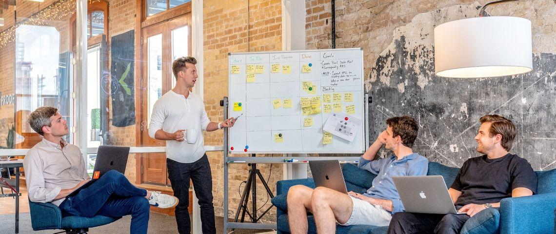 Des collaborateurs en réunion
