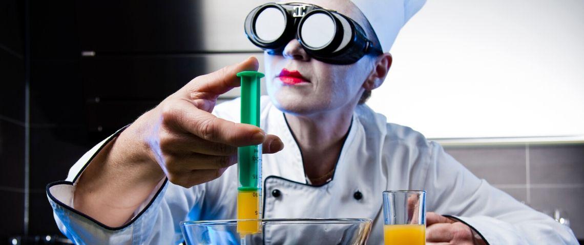 Une cheffe qui fait de la cuisine moléculaire
