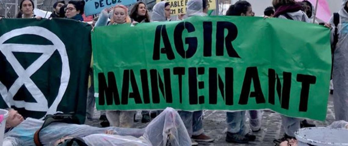 Une bannière d'Extinction Rebellion avait l'inscription Agir Maintenant