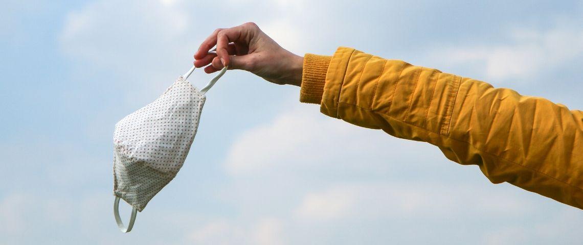 Un bras qui jette un masque