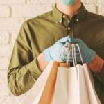 Un livreur tient des sacs en papier