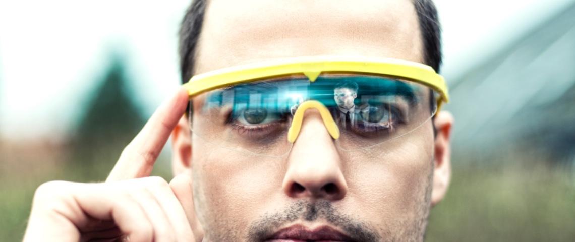 Homme portant une paire de lunettes futuriste