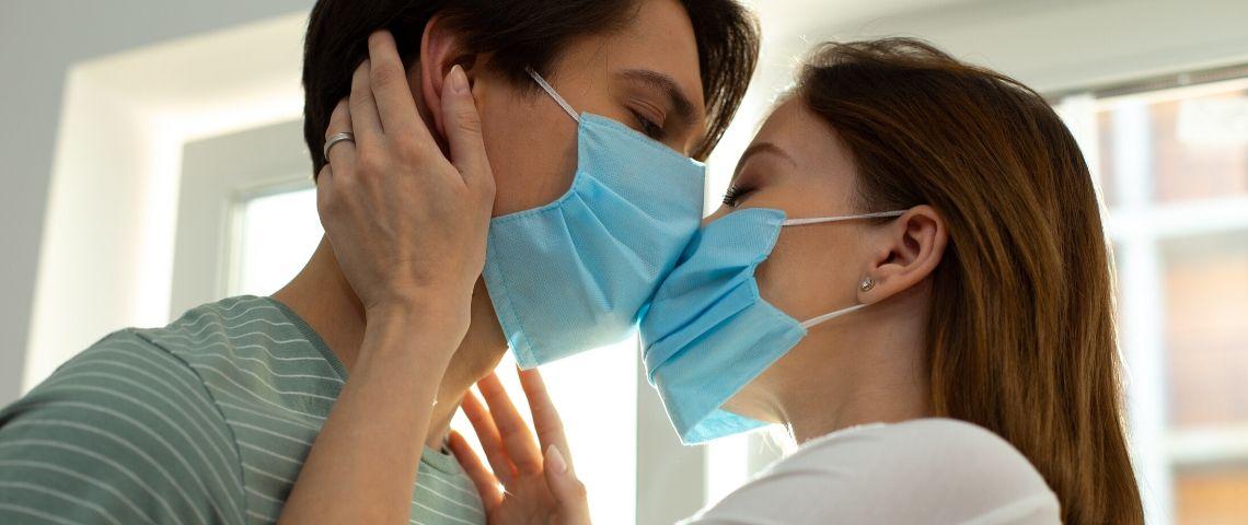 Un couple qui s'embrasse avec des masques