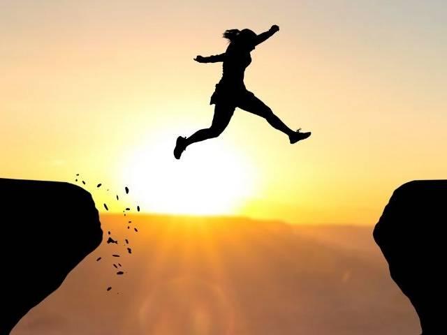 Une femme qui saute d'une falaise