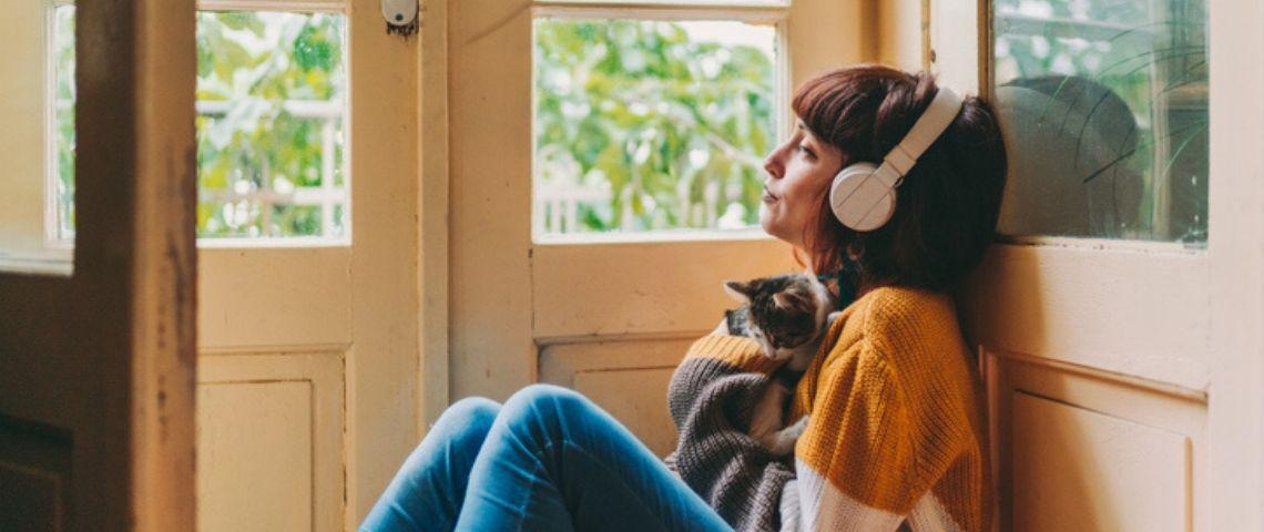 Une jeune femme écoute de la musique