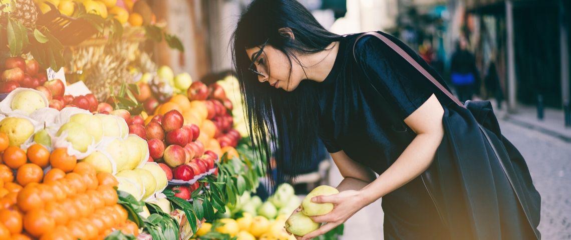 Une femme qui achète des fruits et légumes