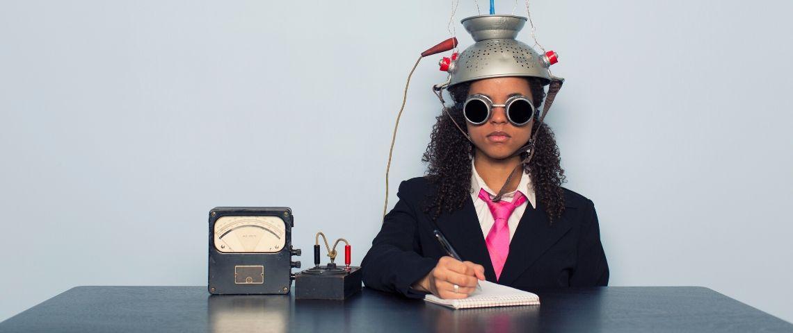 Une femme avec une passoire sur la tête qui effectue un test