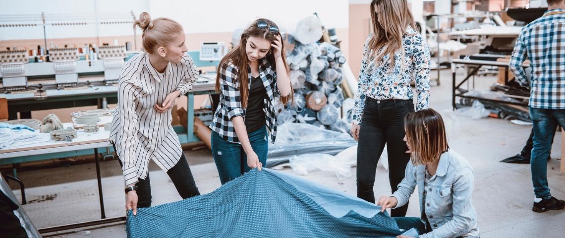Plusieurs femmes dans une usine textile
