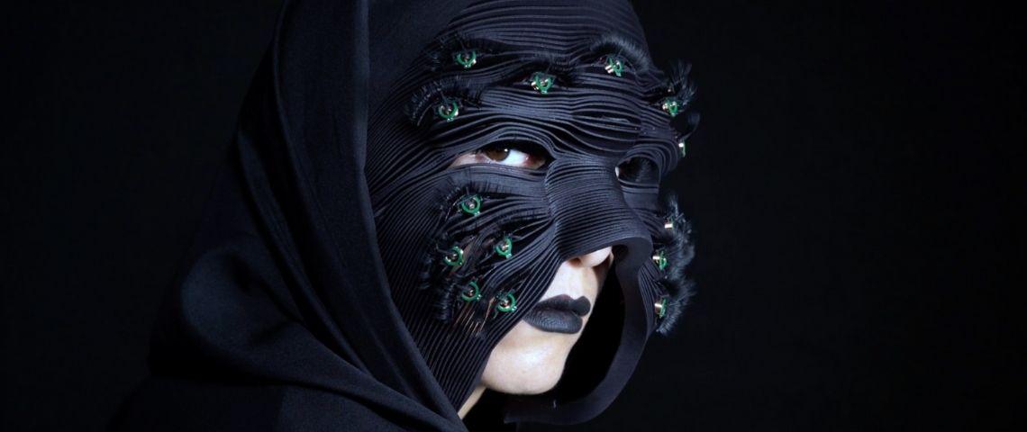 une femme avec un masque noir